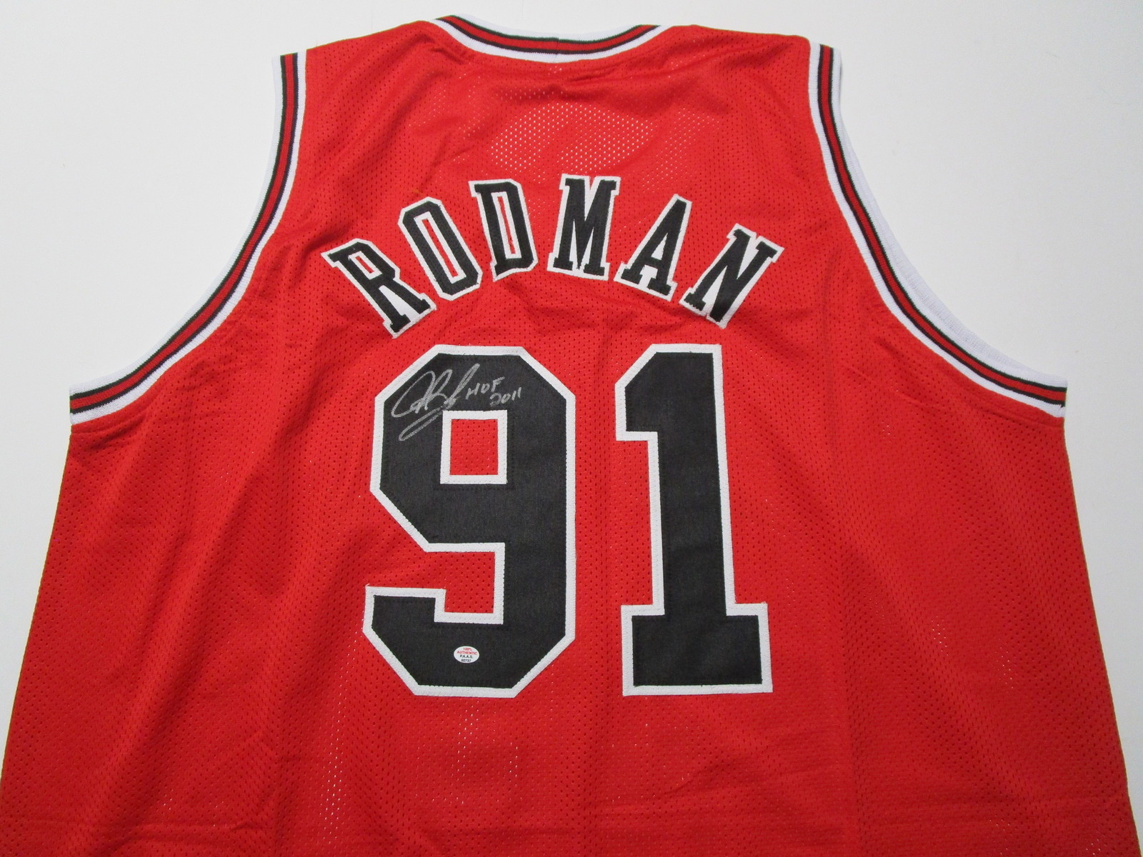 DENNIS RODMAN / NBA HALL OF FAME / AUTOGRAPHED CHICAGO BULLS CUSTOM JERSEY / COA