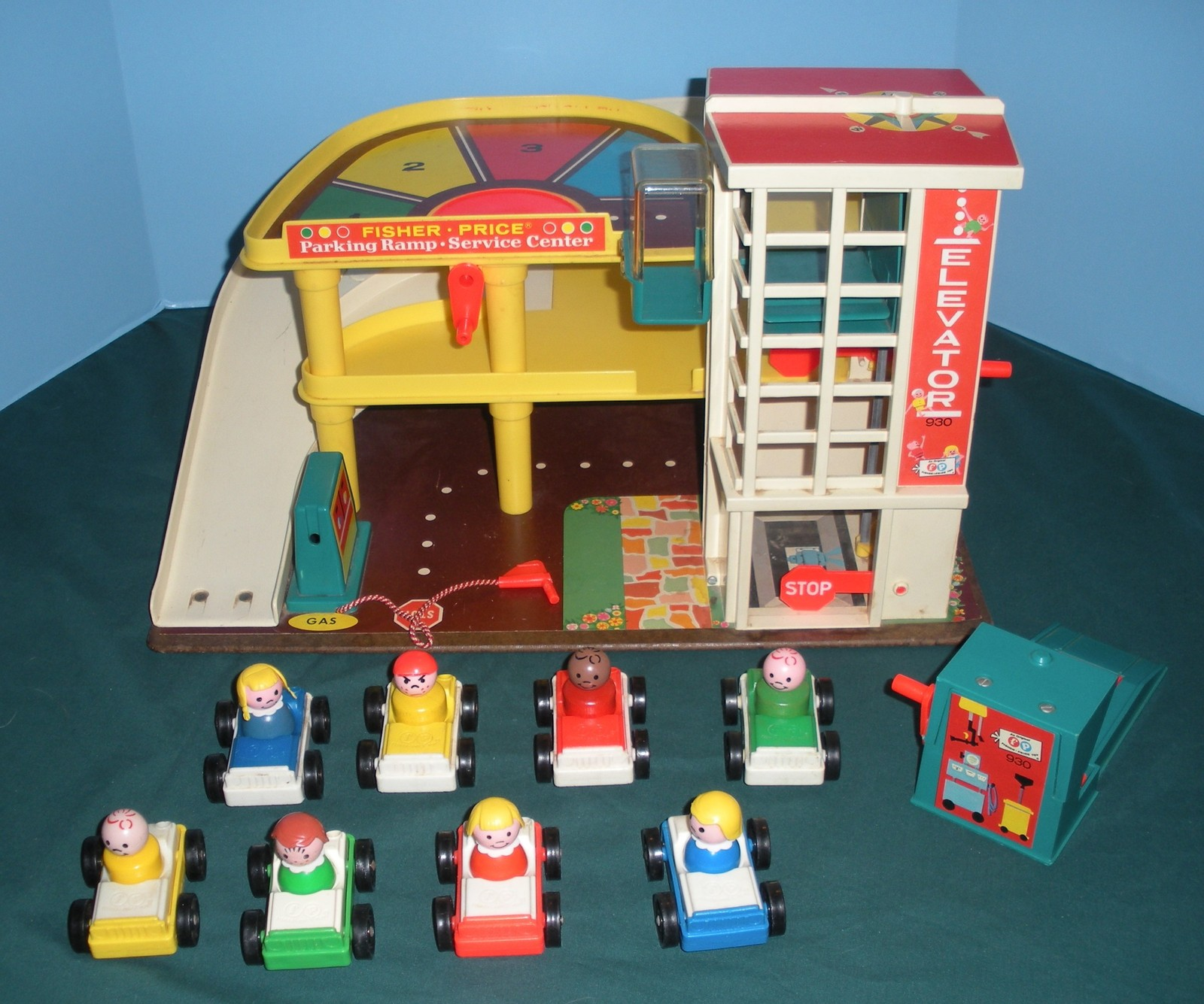 Vintage Fisher Price Play Family #930 Garage Complete + Bonus/EXC-EXC+!   (S)