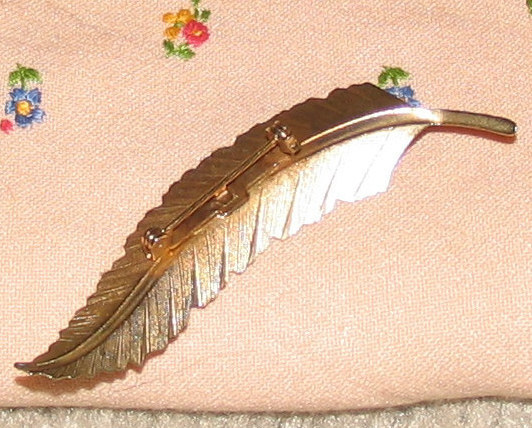 Vintage Costume Jewelry Feathery Goldtone Leaf Pin