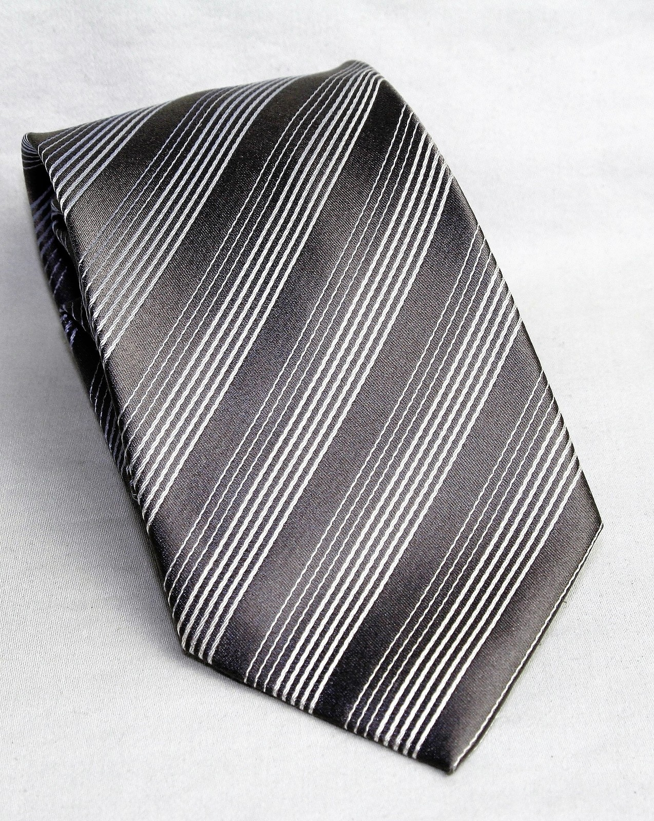Kenneth Cole Reaction Silver Gray Striped Design 100% Silk Men's Necktie Tie