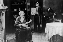 Charles Chaplin and Virginia Cherrill in City Lights Seated in Chair 18x24 Poste - $23.99