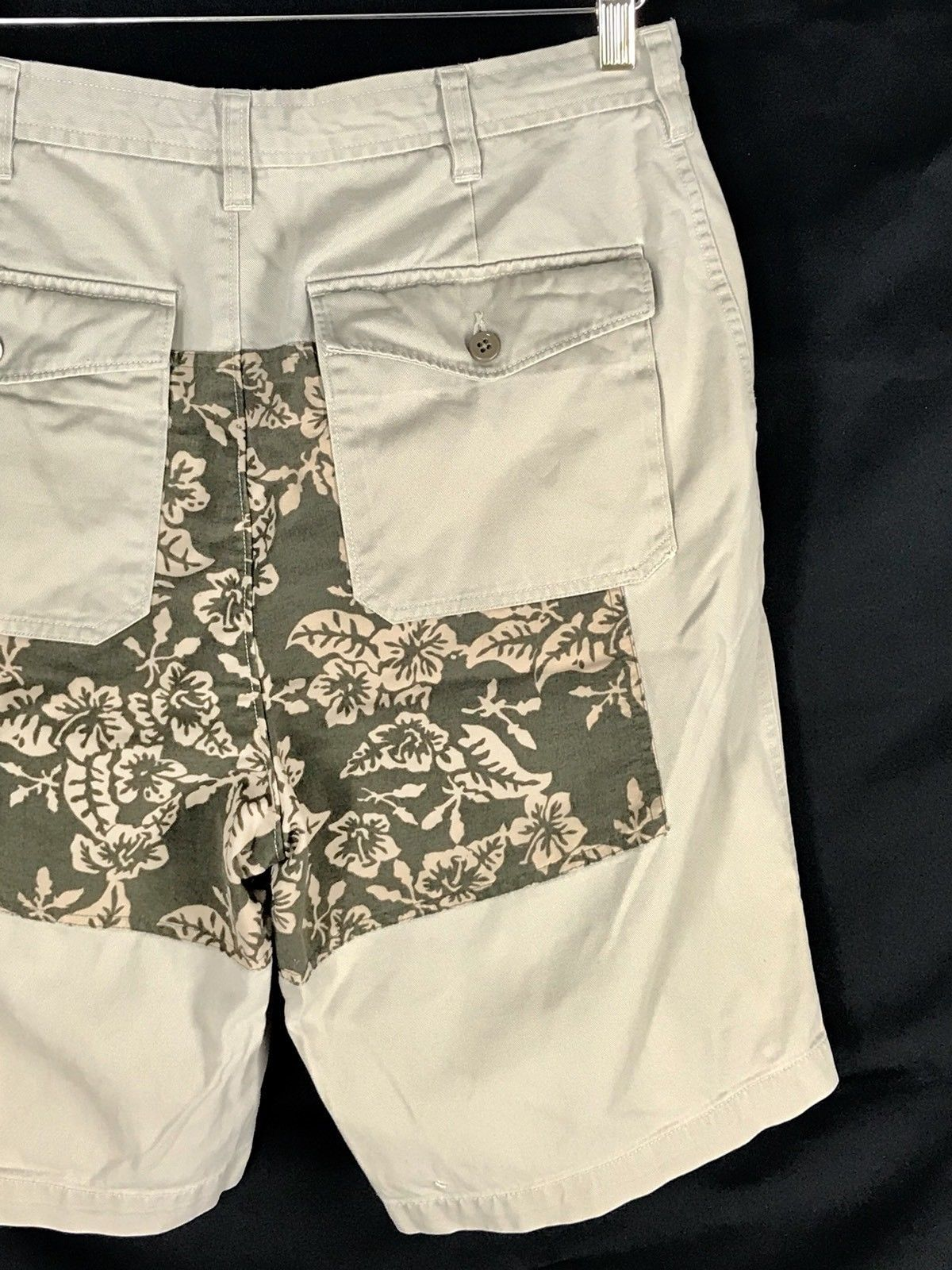 Tommy Hilfiger Shorts Khaki With Floral Back Panel Flat Front Mens Size 32
