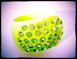 Plastic Rhinestone Cocktail Ring Size 7 Bold Lime Green Sparkles Stateme... - $34.65