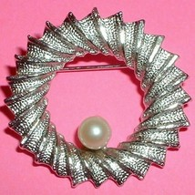 Vintage DuBarry Classic Circle Brooch - $8.00
