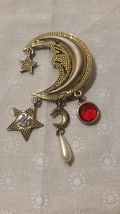 Vintage Moon Face With Charms Of Pearl Clear And Red Stone BR7 - €12,18 EUR
