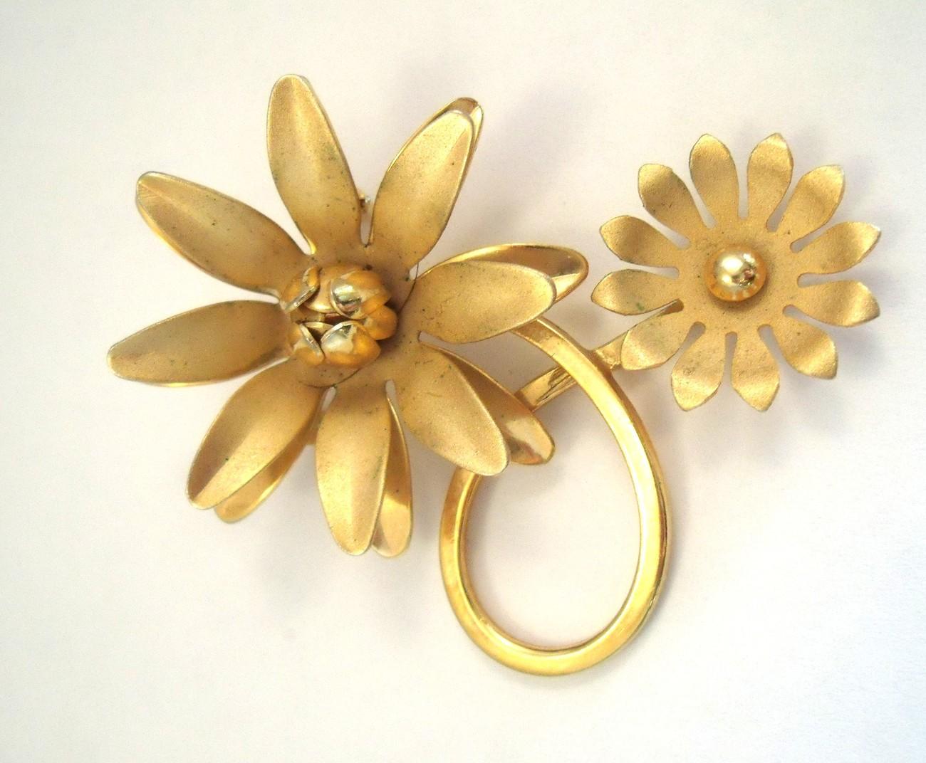 Double daisy gold tone flower brooch