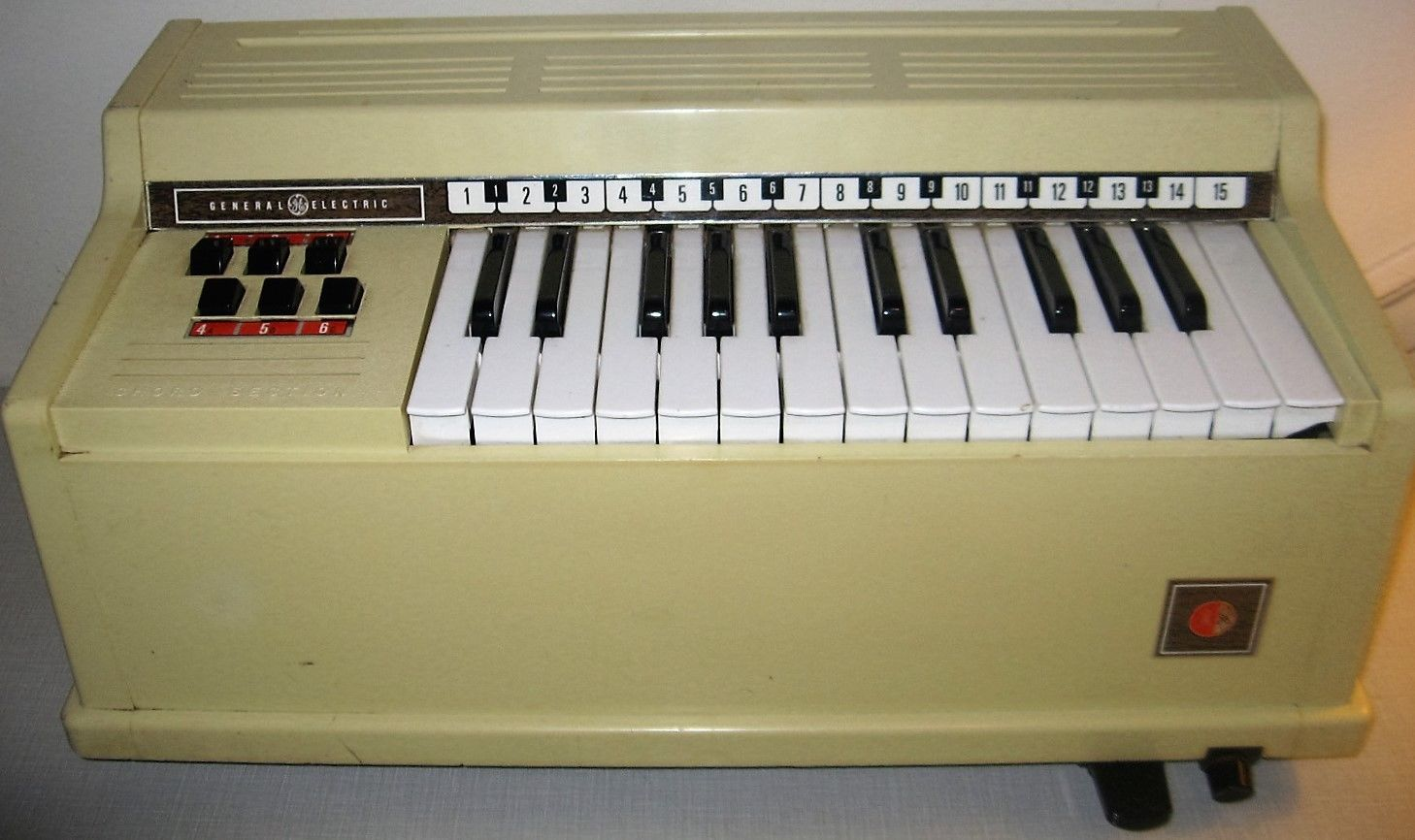 Vintage General Electric plastic organ in really good working condition.