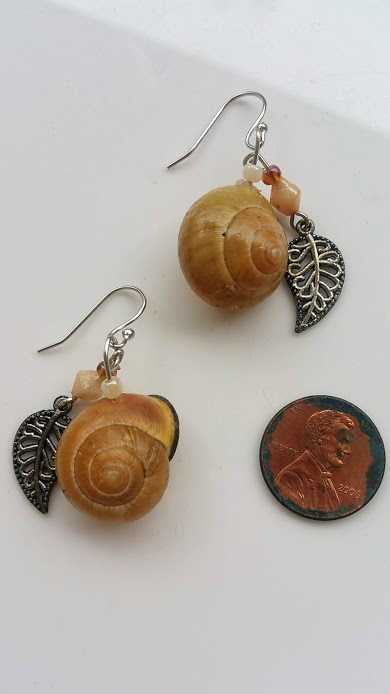 Suspended Pebble earrings: natural charm & authentic, blond snail shell