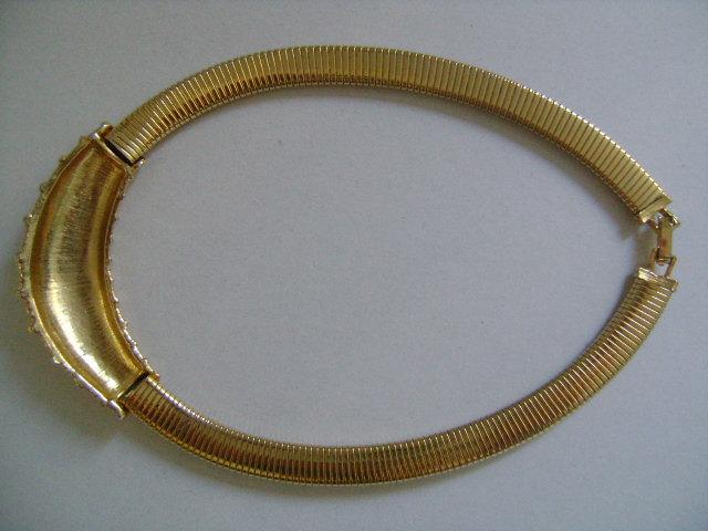 Vintage Gold Tone Flexible Omega Chain Textured Center Retro Fashion Necklace