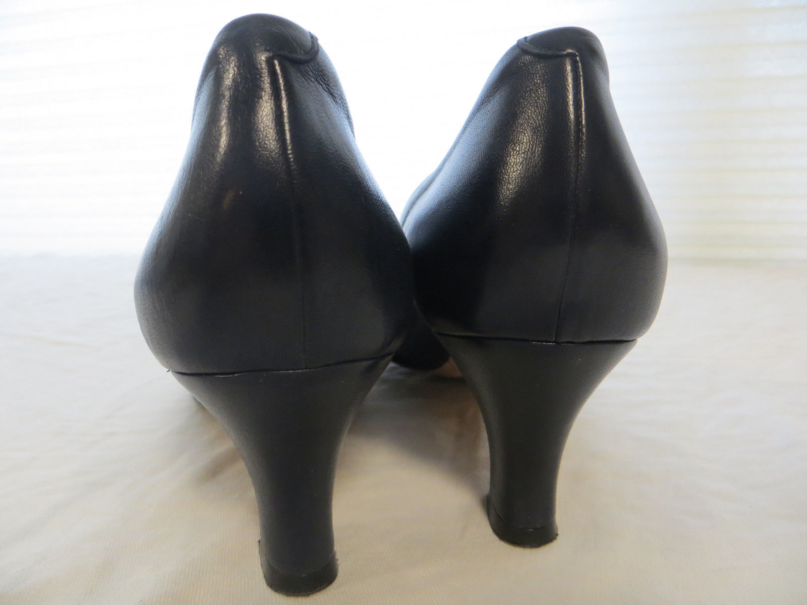 Vintage BALLY Fern Navy Blue Leather Buckle Accent Pumps Heels Shoes Sz 8 N LN