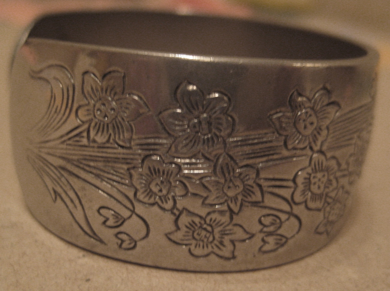 VINTAGE KIRK PEWTER CUFF BRACELET - 70'S NARCISSUS PATTERN # 900-12  GOOD COND