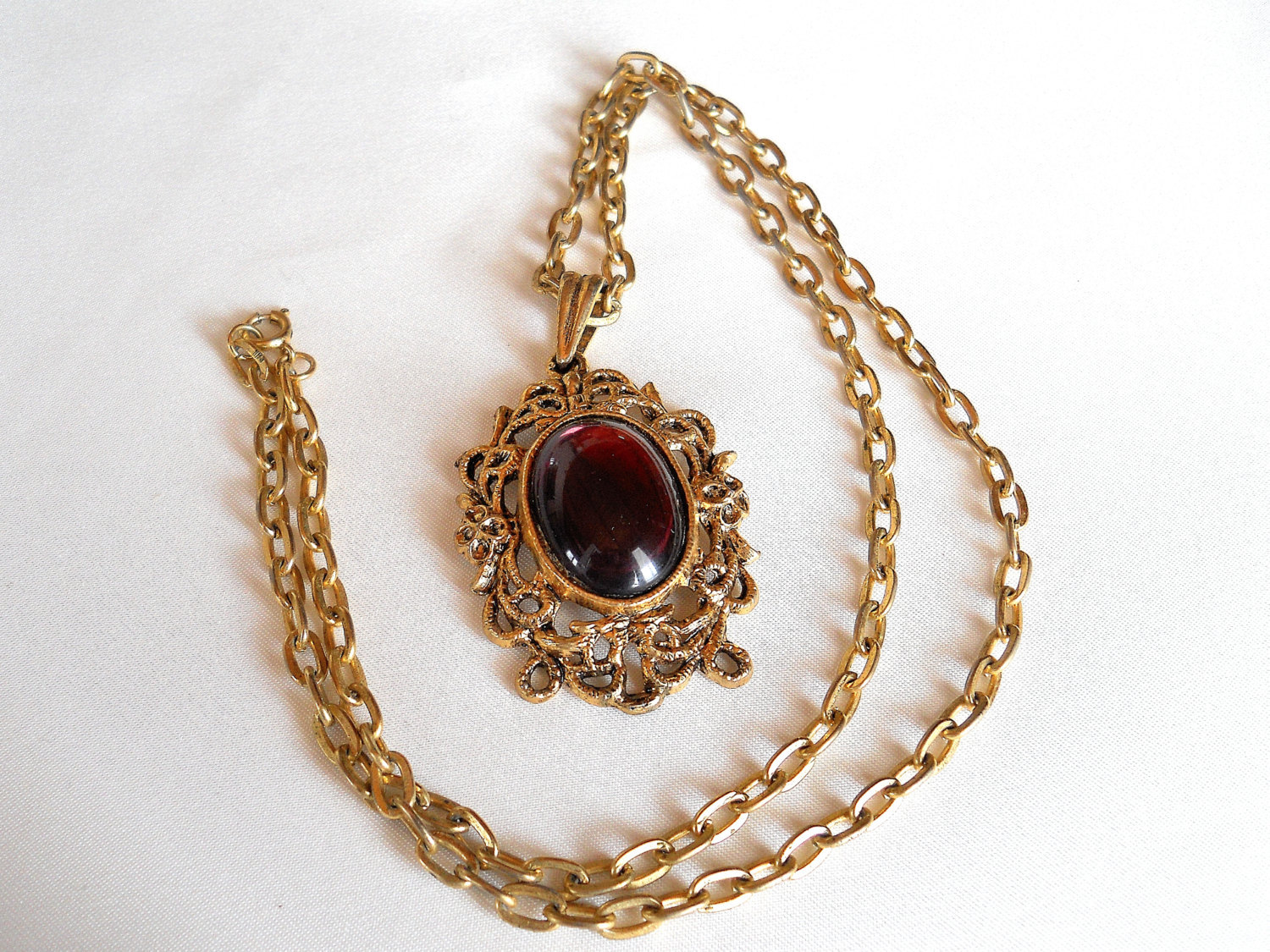 ON CLEARANCE: Vintage Gold Tone Pendant Necklace with Amethyst Oval Cabochon Pen image 3