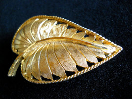 Signed BSK Textured Gold Tone Leaf Brooch Pin Vintage image 3