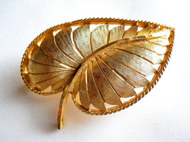 Signed BSK Textured Gold Tone Leaf Brooch Pin Vintage image 4