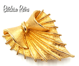 Coro Vintage Brooch With Scalloped Edges and Mid Century Modern Style - $17.00