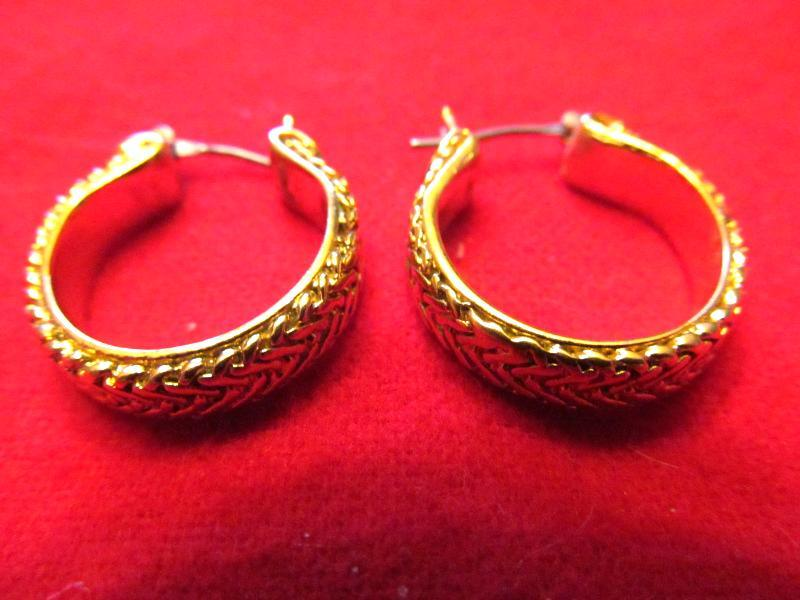 HOOP EARRINGS IN A WHEET STYLE CUT