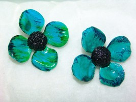 VINTAGE CRAFTED TROPICAL TEAL FLORAL EARRINGS (Where'd You Get Those Ear... - $12.00