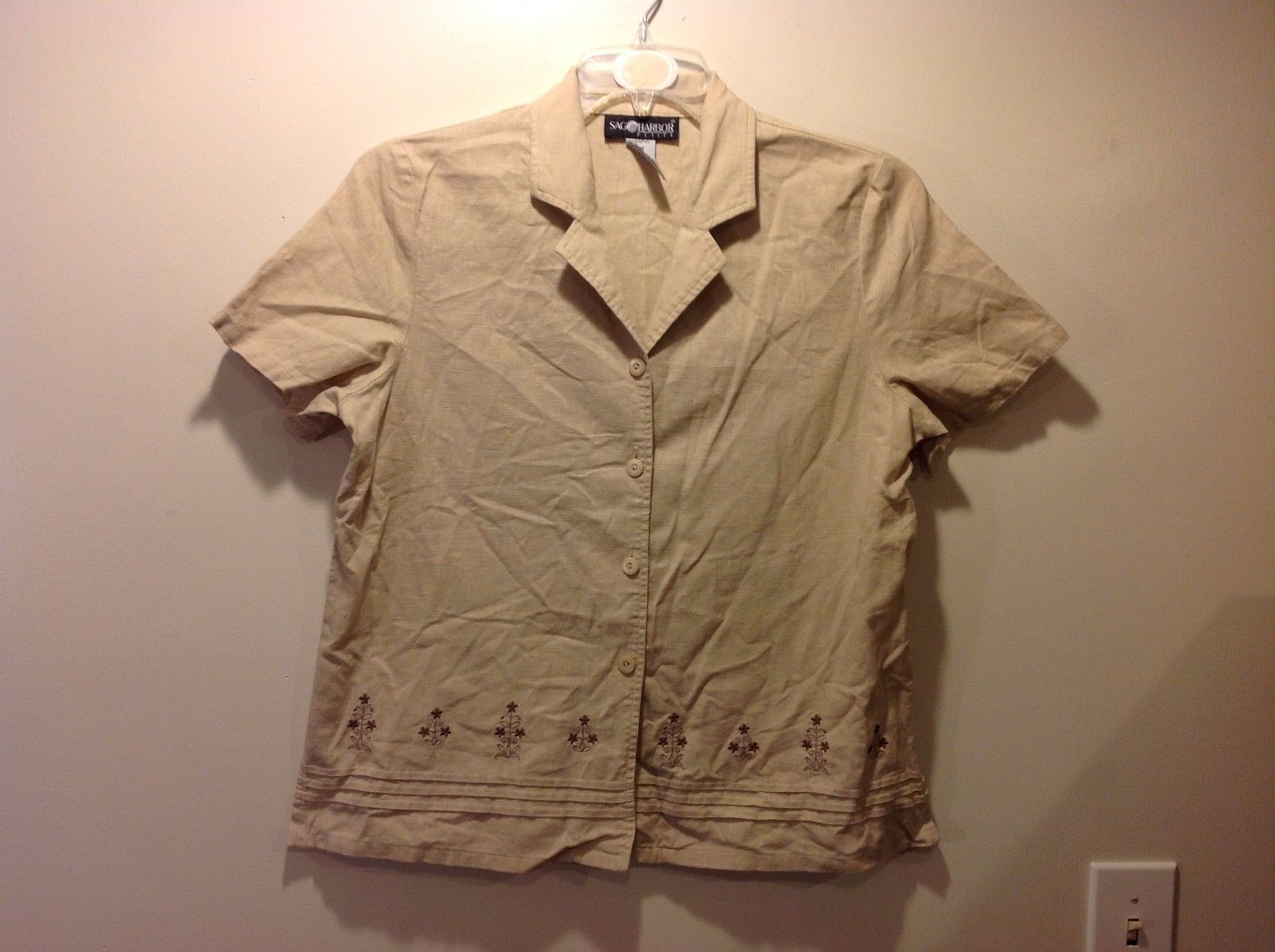 Great Condition Sag Harbor Petite Medium Tan Short Sleeved Button Up Blouse