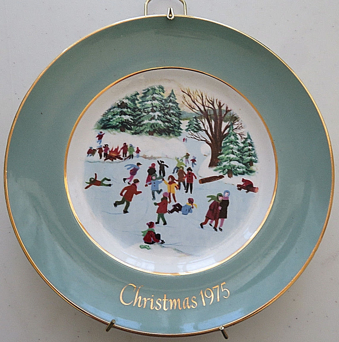 AVON PLATES CHRISTMAS 1974 SKATERS ON THE POND WEDGWOOD TUNSTALL ENGLAND