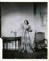 UNKNOWN Lovely Actress Bouquet Org publicity PHOTO E287 - $9.99