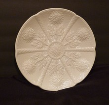 "Rare Wedgwood WW216 9"" Dinner Plate Off White Embossed Flowers Scalloped  - $21.98"