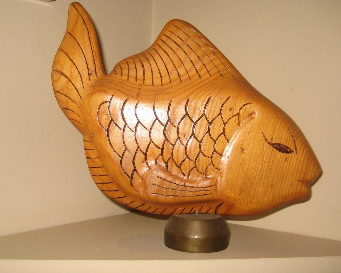 VINTAGE HAND CARVED FISH WOOD SCULPTURE......ON SOLID BRASS STAND - 60'S