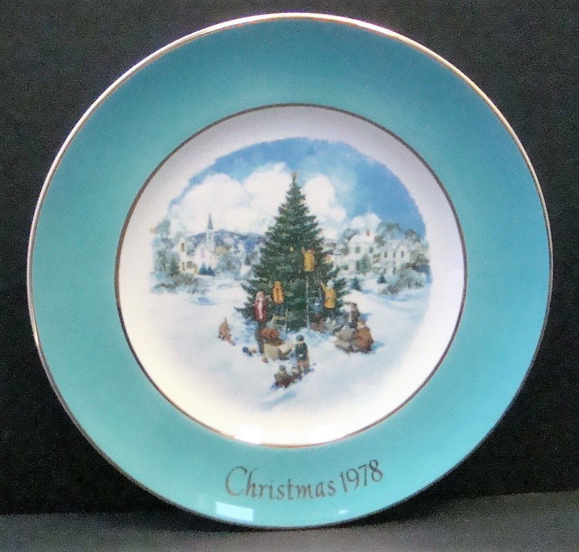 Avon Enoch Wedgwood Christmas 1978 Collectible Plate Trimming the Tree, no box