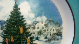 Avon Enoch Wedgwood Christmas 1978 Collectible Plate Trimming the Tree, no box image 5