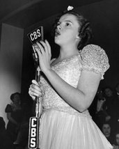 Judy Garland Singing Into Vintage Cbs Microphone 16X20 Canvas Giclee - $69.99