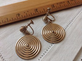 "1 1/8"" Round Dangling Gold Tone Concentric Circles Disks Screw On Earrings - $5.65"