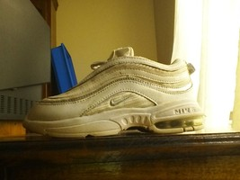WHITE NIKE AIR MAX TOODLER SIZE 9.5c with bubble - $15.90