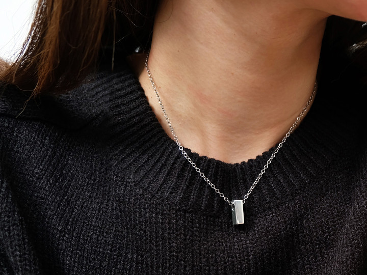 SOVATS SMALL SQUARE BAR NECKLACE