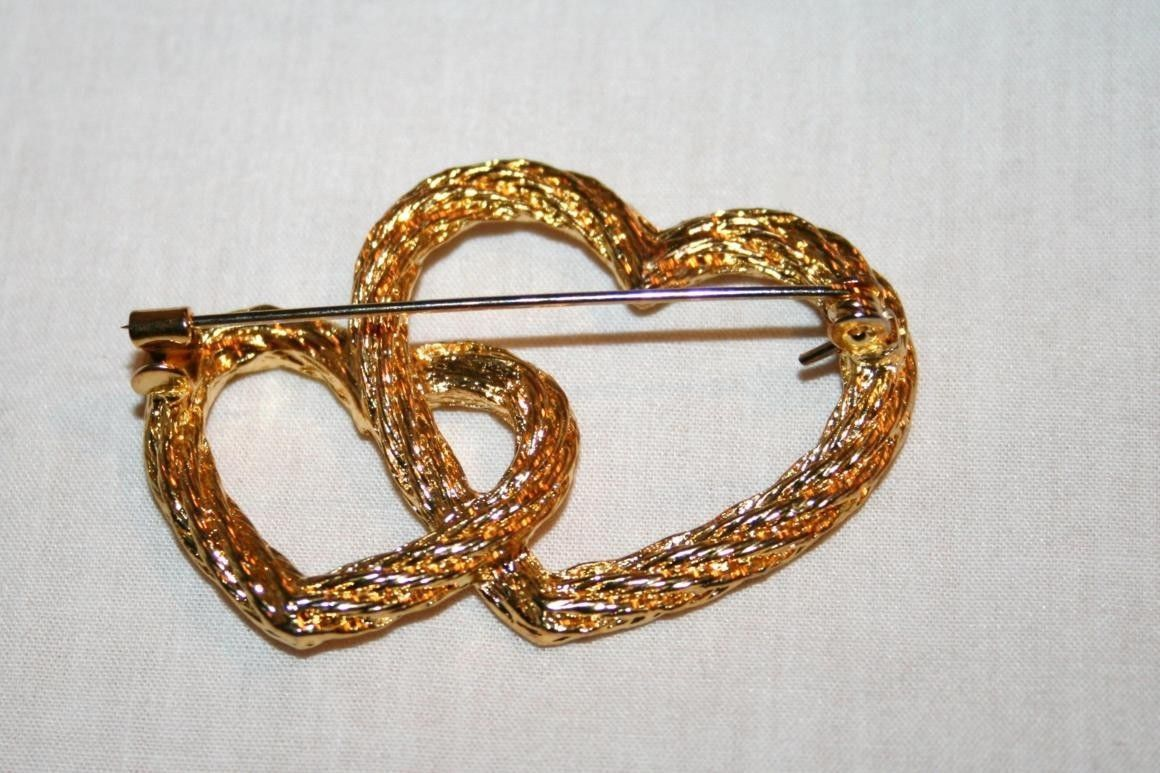 Vintage Gold Tone Twisted Rope Double Heart Brooch       J112