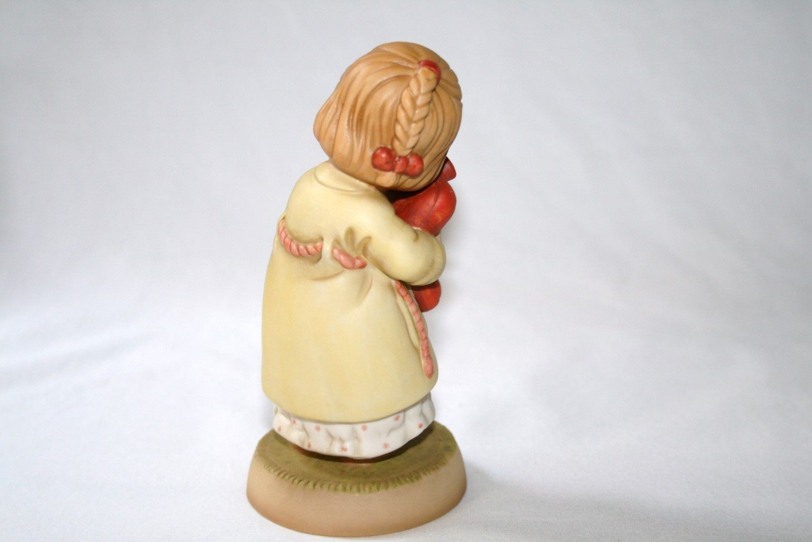 """Memories Of Yesterday 1990 """"We All Loves A Cuddle"""" Figurine #524832 -MIB-"""