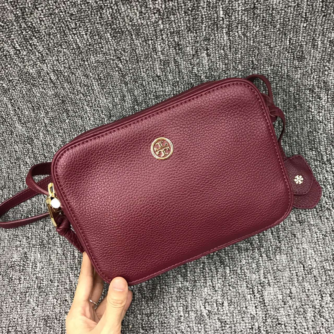 59133fb9e Mmexport1481794997547. Mmexport1481794997547. Previous. Tory Burch Robinson  Pebbled Leather Double-zip Cross-body Bag
