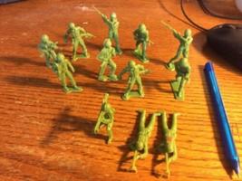 Vintage Lot Of 12 MARX Army Men Soldiers - $12.66