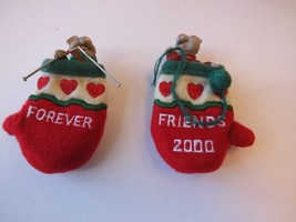 Hallmark Ornament 2000 Mice In Mittens Close-Knit Friends Give One Keep One - $9.87