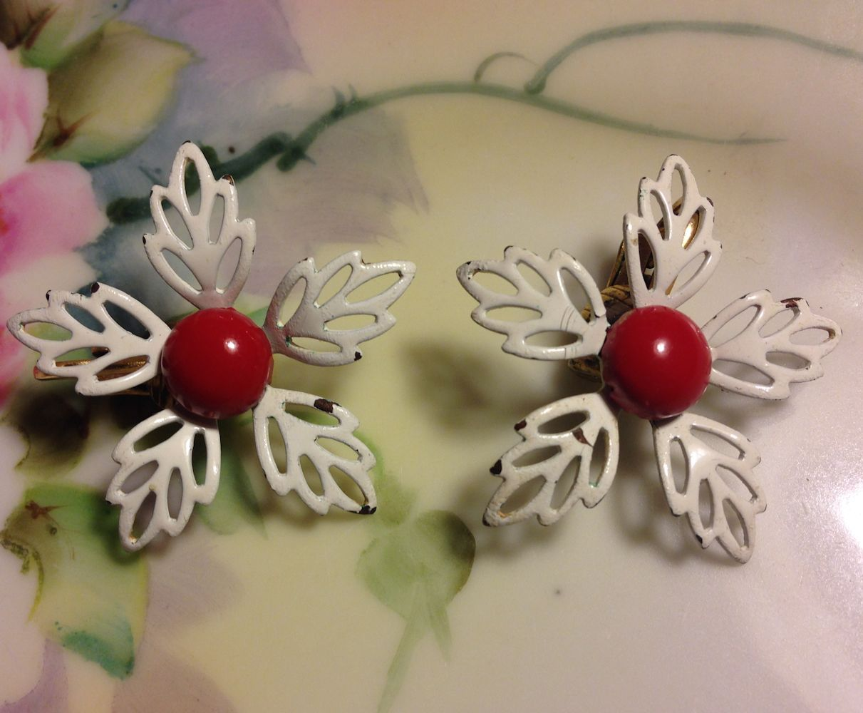 VTG 50s/60s White Filigree Petaled Enamel Flowers/Red Centers Clip On Earrings image 3