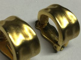 VTG 60s/70s Brushed Gold Tone Hammered Look Huggie Style Hoops Clip On Earrings image 3