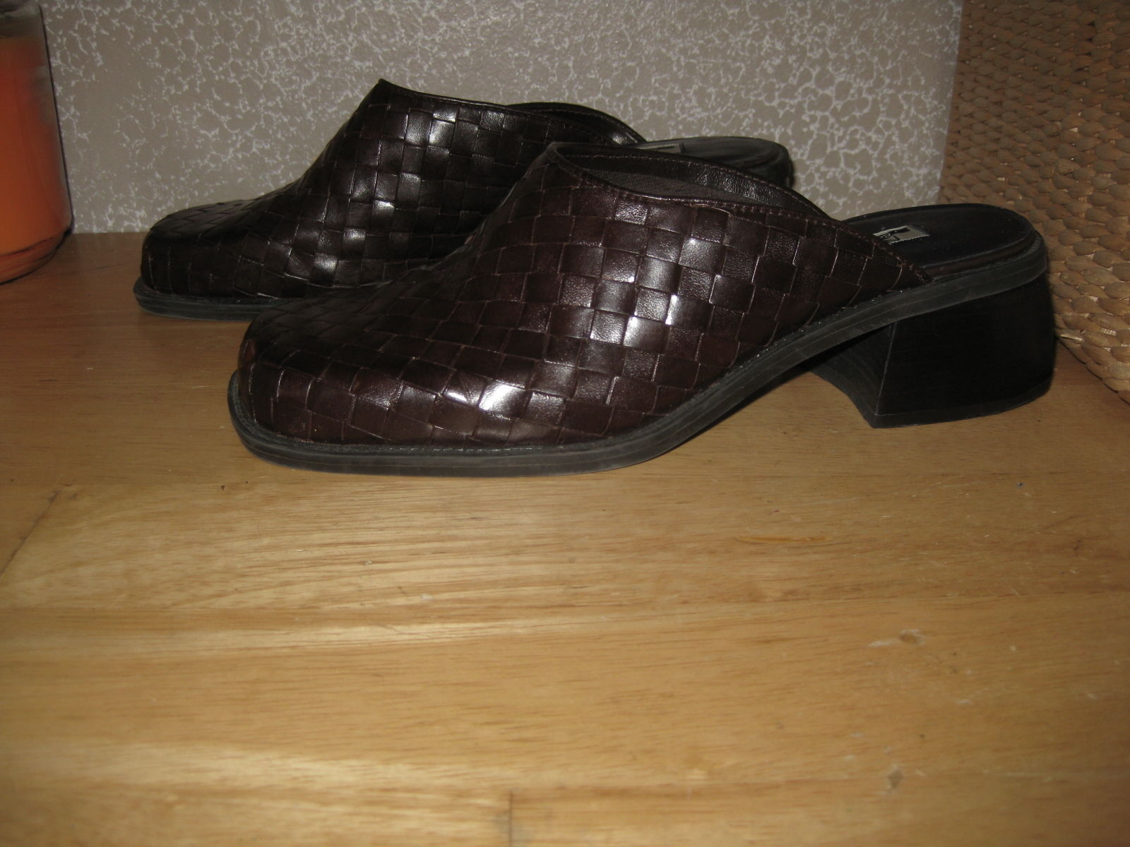 Womens 7 NINE & COMPANY Brn Woven Leather Mules Clogs Slides Shoes PRETTY & NICE