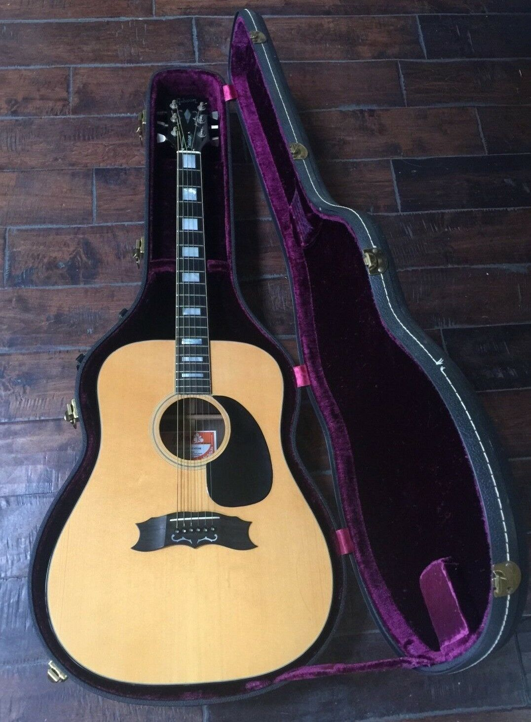 vintage gibson heritage custom acoustic guitar purple felt lined case acoustic. Black Bedroom Furniture Sets. Home Design Ideas
