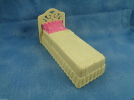2001 Mattel Fisher Price Sweet Streets Dollhouse / Hotel Yellow Plastic Bed - $2.92