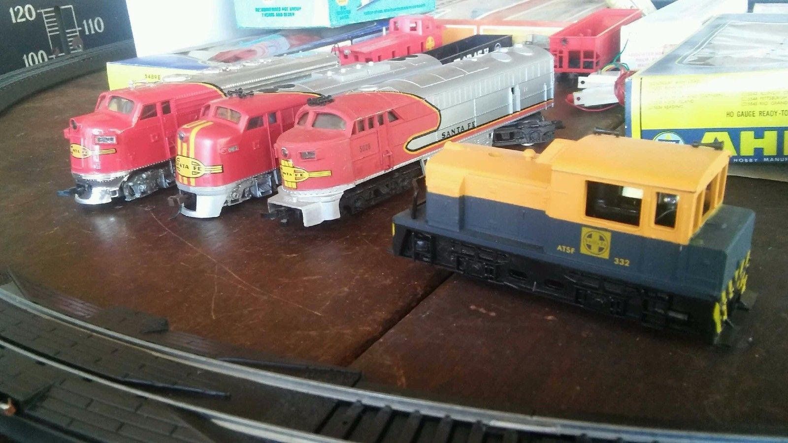 FREE SHIPPING! Vintage H O Scale Santa Fe Railroad 4 Locomotives + 11 Cars
