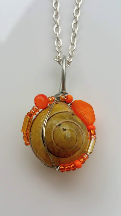 Refreshing Moments necklace: Natural snail with orange beads