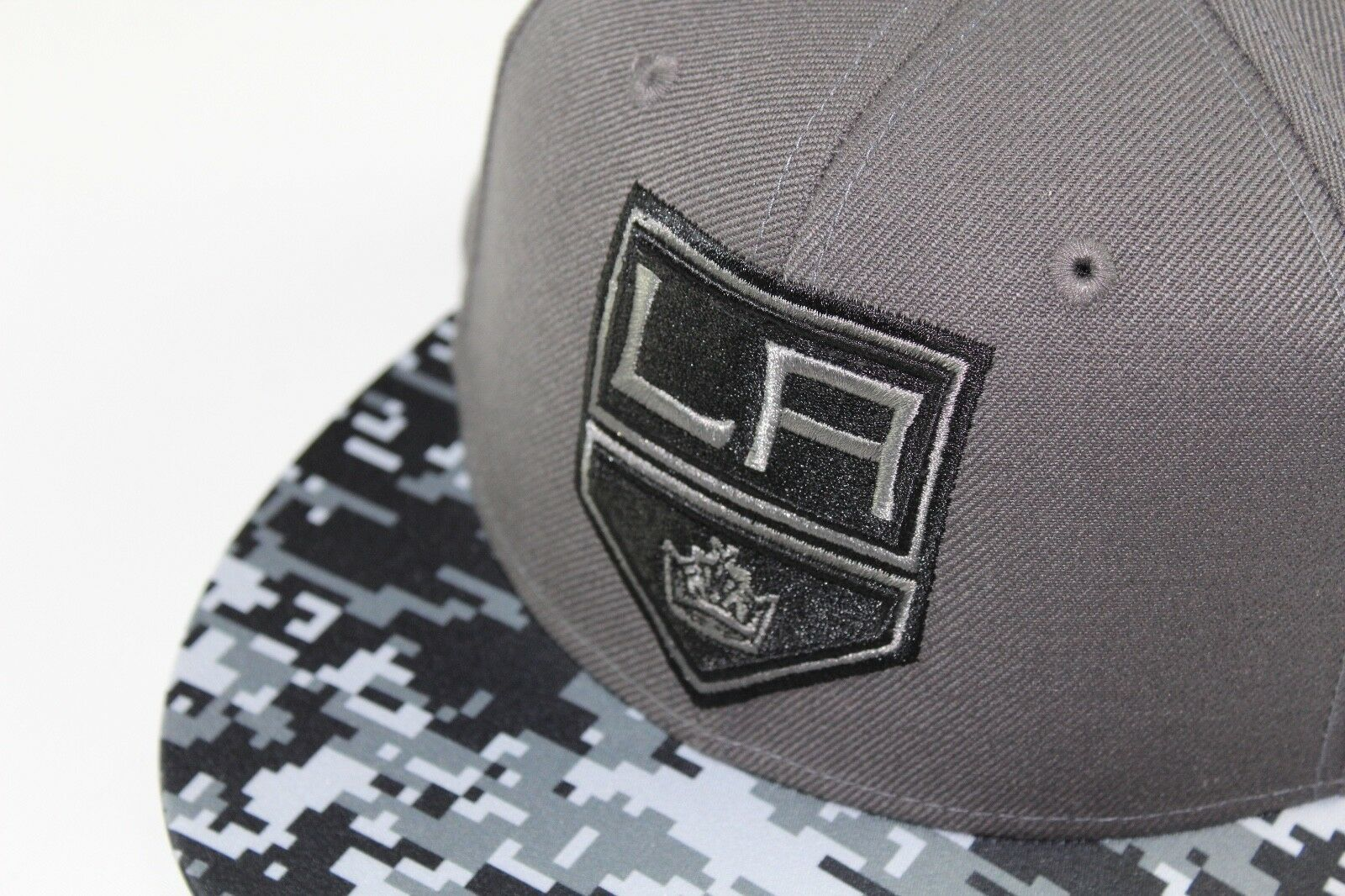 New Adidas Size 7 1/8 Los Angeles Kings NHL Hockey Digital Camouflage Fitted Hat image 2