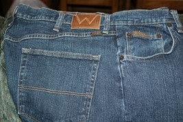 mens wrangler jeans 40 x 30 good condition darker color great condition - $10.00
