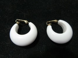 White Plastic Chunky Hoop Clip On Earrings Signed Sarah Coventry Vintage Chubs - $16.00
