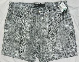 New Juniors R V T Brand Hot Shorts Snakeskin Designed size 9-10 / 28-30x3 - $12.16