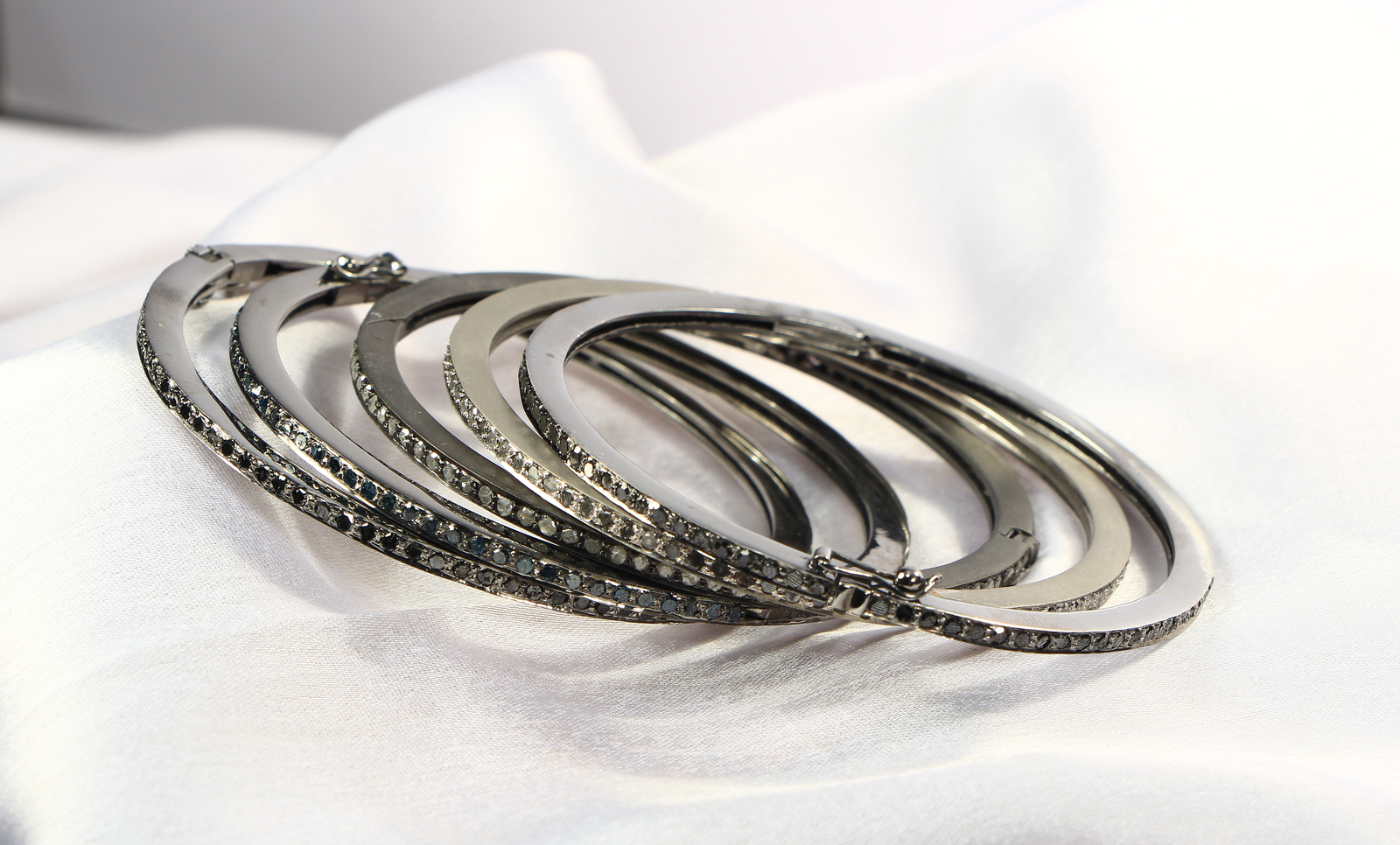 Round Bangle Openable with Clasp .925 Sterling Silver with 1 row Pave Diamond