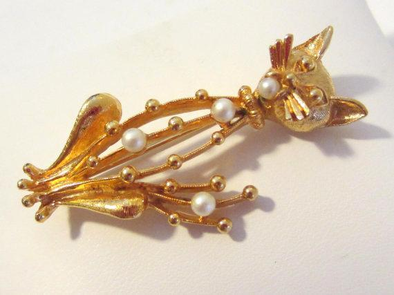 Vintage jewelry goldtone faux pearl cat brooch